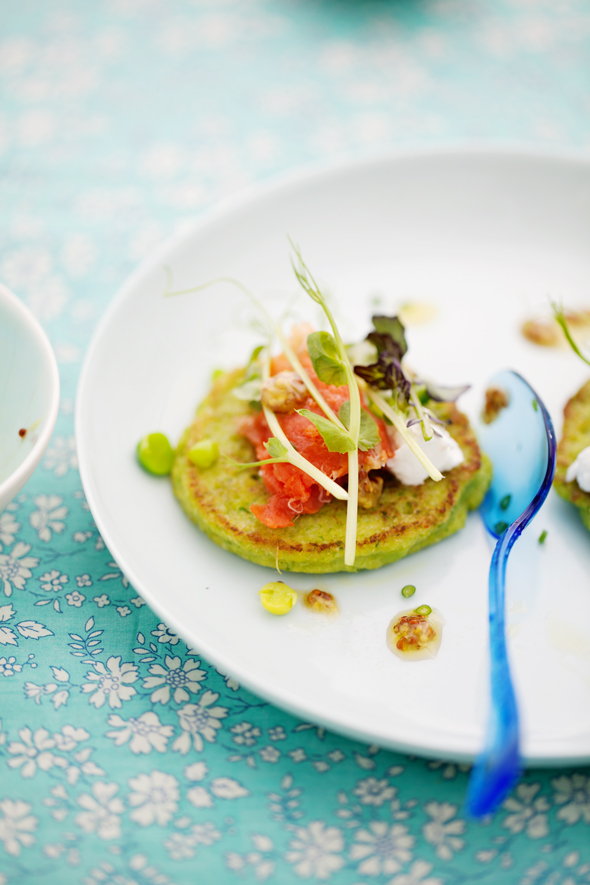 Pea pancakes with smoked salmon and a little green soup ...